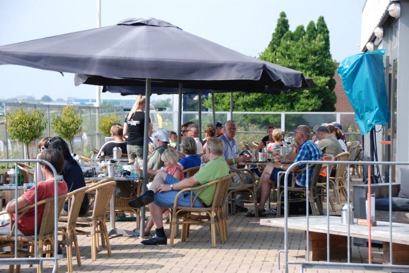 Mensen op het terras van Fly & Food in Hoogeveen
