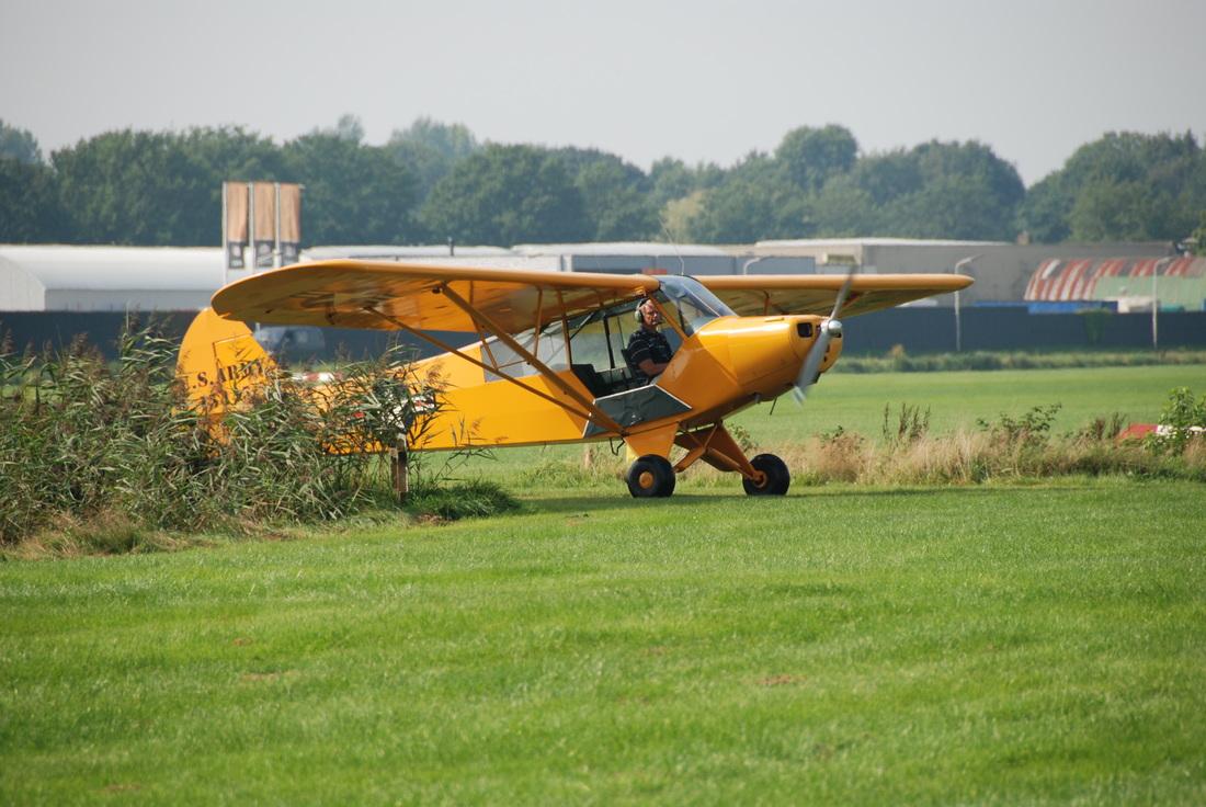 propellervliegtuig op de gras van van het andere vliegveld van Drenthe